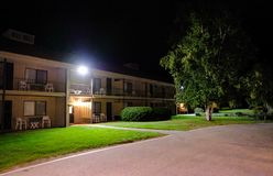 Ein amerikanisches Motel der Geschichte gesehen während des Einbruchs der Nacht stockfoto