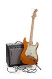 Ein Ampere und eine E-Gitarre auf einem weißen Hintergrund Stockbild