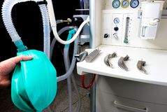 ein Anästhesiologe mit einer betäubenden Maschine stockfoto