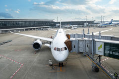 Ein ANA-Flugzeug, das weg weg seinen Passagieren und von Fracht in Narita I lädt Stockfotografie