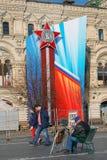Ein Andenkenverkäufer auf dem Roten Platz Lizenzfreies Stockfoto