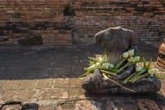 Ein anderer defekter Buddha mit Lotus Flowers, Ayutthaya Thailand Stockfotos