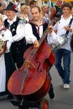 Ein anderer Musiker ?Kirchtag? an der Prozession Stockfotos