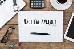 Ein Angebot do Mach, texto alemão para Make uma oferta na almofada de nota no Fotos de Stock Royalty Free