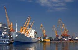 Ein angekoppeltes Frachtschiff stockbild