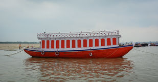 Ein Ankern des touristischen Bootes auf dem Ganges in Varanasi, Indien Lizenzfreie Stockfotos