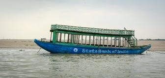 Ein Ankern des touristischen Bootes auf dem Ganges in Varanasi, Indien Stockbild