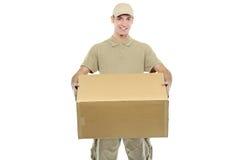 Ein Anlieferungsjunge, der einen Kasten trägt Stockbild