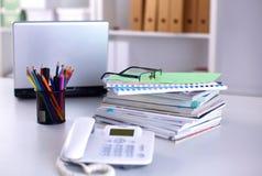 Ein Anmerkungsbuch, Laptop, Stift, Zeichenpapiers- mit Maßeinteilungdokument auf der Schreibtischtabelle hinter weißen Vorhängen Lizenzfreie Stockfotografie