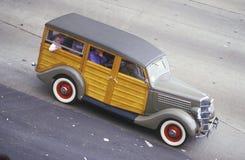 Ein antiker Woody-Lastwagen kreuzt Golden gate bridge in San Francisco, CA stockbild