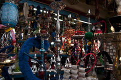 Ein Antiquitätengeschäft im aco/im Morgen Lizenzfreie Stockfotos