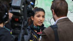 Ein Antischnitt-Protestierender gibt ein Interview zu den Nachrichtenmedien Stockfotos