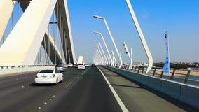 Ein Antrieb auf eine moderne Brücke in Abu Dhabi-Stadt, Arabische Emirate stock video footage