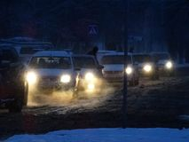 Ein Antrieb des frühen Morgens auf einer schneebedeckten Straße Lizenzfreies Stockfoto