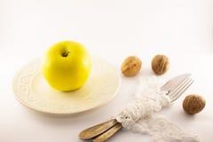 Ein Apfel ein Tag, Diätanfang, weißer Hintergrund Stockfoto