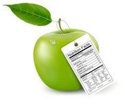Ein Apfel mit einem Nahrungstatsachenaufkleber. Stockfotos