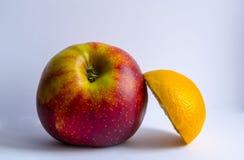 Ein Apfel und eine Orange Lizenzfreie Stockfotos