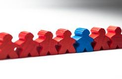 Ein Arbeitskraftangestellter ist unterschiedliche Abweichung von anderen Angestellten stockbild