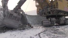 Ein Arbeitsmetallschweißer funktioniert in einem Steinbruch stock video footage