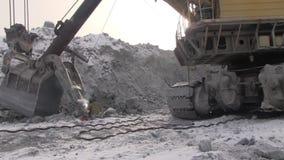 Ein Arbeitsmetallschweißer funktioniert in einem Steinbruch stock video