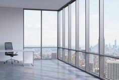 Ein Arbeitsplatz in einem modernen panoramischen Eckbüro in New York City Lizenzfreie Stockbilder
