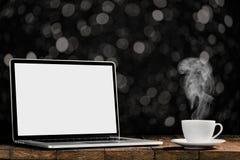Ein Arbeitsplatz mit Laptop und Kaffee stockbild