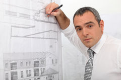 Ein Architekt, der einen Plan zeichnet Stockbild