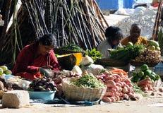 Ein arme Indien-Damen in der Straße Stockfotos