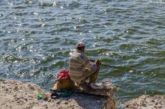 Ein armer Fischer, der sein Glück versucht Lizenzfreie Stockbilder