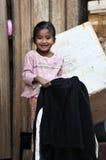 Ein armes Lächelnmädchen im tropischen Dorf Lizenzfreies Stockbild