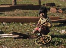 Ein armes Mädchen in ethnischem Dorf Kambodschas Lizenzfreie Stockfotografie