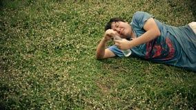 Ein asiatischer thailändischer Kerl, der für ein Trinkwasser im Ödland kämpft und ersticken zum Tod in HD stock video footage