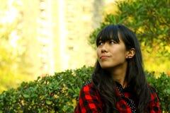 Ein asiatisches Mädchen, das denkt Stockbild