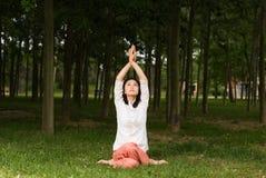 Ein asiatisches Mädchen, das Yoga tut lizenzfreie stockfotos