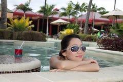 Ein asiatisches Mädchen leisurely im Swimmingpool Lizenzfreie Stockfotos