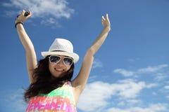 Ein asiatisches Mädchen unter dem blauen Himmel Stockbild