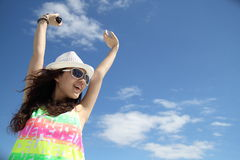 Ein asiatisches Mädchen unter dem blauen Himmel Lizenzfreie Stockfotografie