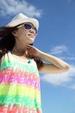 Ein asiatisches Mädchen unter dem blauen Himmel Lizenzfreies Stockfoto