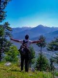 Ein Atem, der Haltung des Modells an der Spitze des Berges nimmt stockfotografie