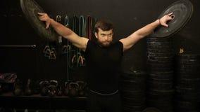 Ein Athlet hebt Disketten, eine Übung für Hände an stock video
