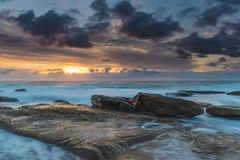 Ein atmosphärischer Sonnenaufgang-Meerblick mit blauem Wasser lizenzfreie stockfotos