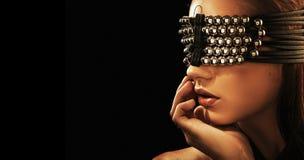 Ein attraktiver Brunette mit geschlossenen Augen Stockfoto
