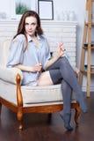 Ein attraktiver flirty junger Brunette Lizenzfreie Stockfotos