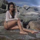 Ein attraktives asiatisches Modell zwischen den Felsen an einem sonnigen Tag lizenzfreies stockbild