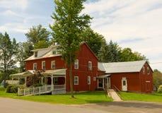 Ein attraktives Gutshaus und eine Scheune in Kanada Stockfotografie