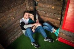 Ein attraktives junges Paar in der Liebe Stockbilder