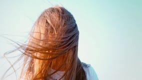 Ein attraktives kleines Mädchen mit dem langen flüssigen Haar verdreht ihren Kopf in den verschiedenen Richtungen, das Mädchen, d stock footage