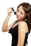Ein attraktives Mädchen, das Blusher anwendet stockfotografie