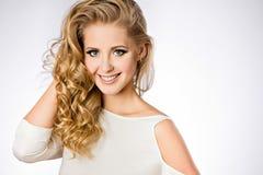 Ein attraktives Porträt von nette lächelnde Mädchen blond mit sauberem Stockbilder