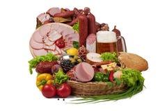 Ein Aufbau des Fleisches und des Gemüses mit Bier Lizenzfreie Stockfotografie